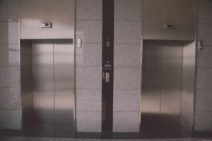 よくあるエレベータの有名な裏技で、エレベータの中の客達をスーッとさせた。