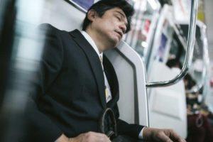 電車でオッサンが席を3人分ぐらいを占領してイビキかいて寝てた。そこにデカイ虎の顔プリントシャツの派手なオバサン参上。