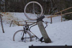 デブは急に止まれない!!!裸トレンチの変質者野郎を自転車で思いっきりひいちゃったよ…