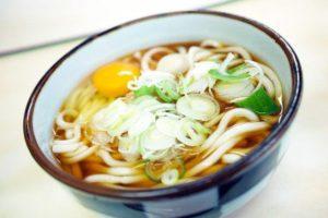 母がうどんを打っていたとき、 いつものように祖母が「そんなぐちゃぐちゃなもん、日本人なら米食え」とケチつけてきた。