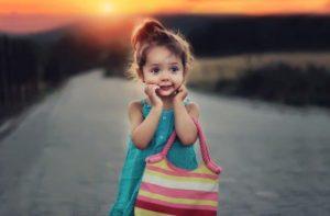 明らかに幼稚園児以下の小さな女の子が、一人で走ってくる。 親が見当たらないのにビックリして、どこを見渡してもやっぱり一人。