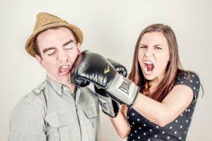 目の前の通りで大の大人(男二人)が殴り合いの喧嘩してた。