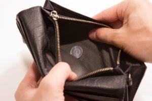 常連のおじいさんがレジ横に置いて、忘れてしまった15万円が入った財布を、これまた常連のババアが気付かないとでも思ったのであろう、持って行ってしまった。