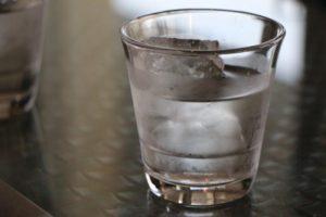 「こいつら責任持ってこの水全部飲むみたいでーーす!!最後まで見届けてあげましょーー」